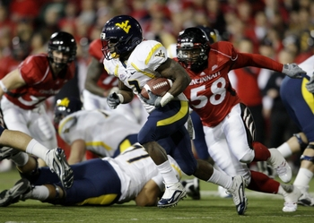CINCINNATI - NOVEMBER 13:  Runningback Noel Devine #7 of the West Virginia Mountaineers rushes in the second quarter of the game against the Cincinnati Bearcats in at Nippert Stadium on November 13, 2009 in Cincinnati, Ohio.  (Photo by Andy Lyons/Getty Im