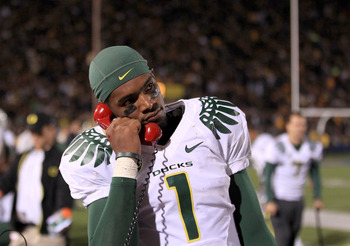 BERKELEY, CA - NOVEMBER 13:  Darron Thomas #1 of the Oregon Ducks talks on the phone during their game against the California Golden Bears  at California Memorial Stadium on November 13, 2010 in Berkeley, California.  (Photo by Ezra Shaw/Getty Images)