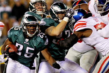 PHILADELPHIA - NOVEMBER 21:   LeSean McCoy #25 of the Philadelphia Eagles runs with the ball against the New York Giants at Lincoln Financial Field on November 21, 2010 in Philadelphia, Pennsylvania.  (Photo by Nick Laham/Getty Images)