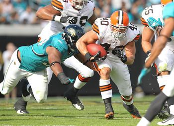 JACKSONVILLE, FL - NOVEMBER 21:  Peyton Hillis #40 of the Cleveland Browns rushes  during a game agaisnt the Jacksonville Jaguars at EverBank Field on November 21, 2010 in Jacksonville, Florida.  (Photo by Mike Ehrmann/Getty Images)