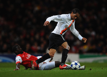 LONDON, ENGLAND - OCTOBER 19:  Alex Teixeira of Shakhtar Donetsk takes on Emmanuel Eboue of Arsenal during the UEFA Champions League Group H match between Arsenal and FC Shakhtar Donetsk at the Emirates Stadium on October 19, 2010 in London, England.  (Ph