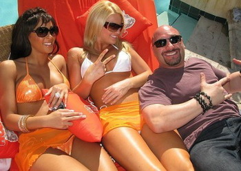 Jay-glazer-hooters-girls1_display_image