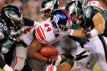 PHILADELPHIA - NOVEMBER 21:  Ahmad Bradshaw #44 of the New York Giants runs with the ball against Ernie Sims #50 and Stewart Bradley #55 of the Philadelphia Eagles at Lincoln Financial Field on November 21, 2010 in Philadelphia, Pennsylvania.  (Photo by N
