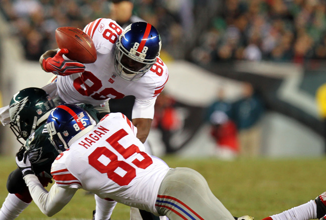 PHILADELPHIA - NOVEMBER 21:  Hakeem Nicks #88 of the New York Giants tries to gain control of the ball against Dimitri Patterson #23 of the Philadelphia Eagles at Lincoln Financial Field on November 21, 2010 in Philadelphia, Pennsylvania.  (Photo by Nick