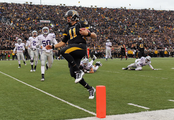 COLUMBIA, MO - NOVEMBER 13:  Quarterback Blaine Gabbert #11 of the Missouri Tigers carries the ball into the endzone for a touchdown during the game against the Kansas State Wildcats on November 13, 2010 at Faurot Field/Memorial Stadium in Columbia, Misso