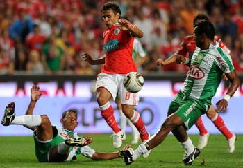 LISBON, PORTUGAL - AUGUST 28:  Eduardo Salvio of Benfica controls the ball during the Portuguese Liga match between Vitoria Setubal and Benfica at Luz Stadium on August 28, 2010 in Lisbon, Portugal.  (Photo by Patricia de Melo/EuroFootball/Getty Images)