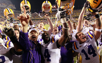 BATON ROUGE, LA - NOVEMBER 20:  Head coach Les Miles and the Louisiana State University Tigers celebrate after their 43-36 win over the Ole Miss Rebels at Tiger Stadium on November 20, 2010 in Baton Rouge, Louisiana.  (Photo by Kevin C. Cox/Getty Images)