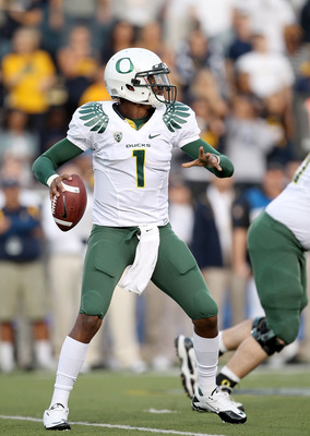 BERKELEY, CA - NOVEMBER 13:  Darron Thomas #1 of the Oregon Ducks in action during their game against the California Golden Bears  at California Memorial Stadium on November 13, 2010 in Berkeley, California.  (Photo by Ezra Shaw/Getty Images)