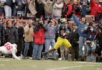 22 Nov 1997:  Wide receiver Charles Woodson of the Michigan Wolverines runs down the field during a game against the Ohio State Buckeyes at Michigan Stadium in Ann Arbor, Michigan.  Michigan won the game 20-14. Mandatory Credit: Jonathan Daniel  /Allsport
