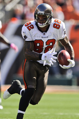 CINCINNATI, OH - OCTOBER 10: Kellen Winslow #82 of the Tampa Bay Buccaneers runs with the ball against the Cincinnati Bengals at Paul Brown Stadium on October 10, 2010 in Cincinnati, Ohio. (Photo by Jamie Sabau/Getty Images)