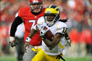 COLUMBUS, OH - NOVEMBER 27:  Quarterback Denard Robinson #16 of the Michigan Wolverines takes off upfield for a gain against the Ohio State Buckeyes in the second quarter at Ohio Stadium on November 27, 2010 in Columbus, Ohio.  (Photo by Jamie Sabau/Getty