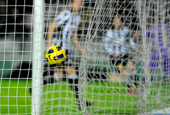 TURIN, ITALY - NOVEMBER 27:  Juan Manuel Vargas of ACF Fiorentina scores the first goal during the Serie A match between Juventus and Fiorentina at Olimpico Stadium on November 27, 2010 in Turin, Italy.  (Photo by Claudio Villa/Getty Images)