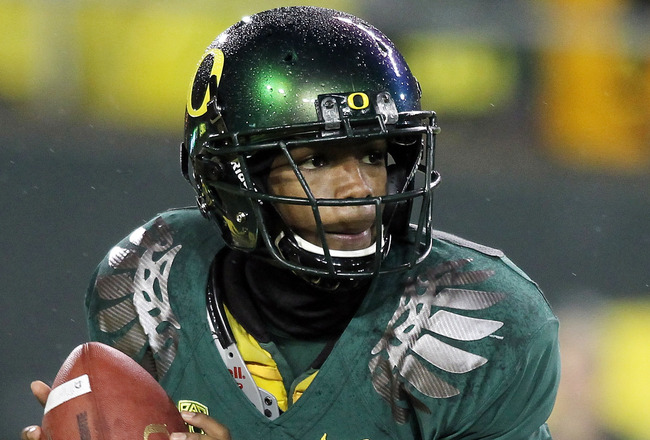 EUGENE, OR - NOVEMBER 26:  Quarterback Darron Thomas #1 of the Oregon Ducks rolls out of the pocket against the Arizona Wildcats on November 26, 2010 at the Autzen Stadium in Eugene, Oregon.  (Photo by Jonathan Ferrey/Getty Images)