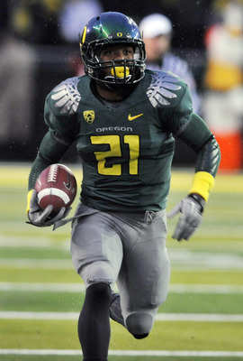 EUGENE, OR - NOVEMBER 26: Running back LaMichael James #21 of the Oregon Ducks breaks into the open in the first quarter of the game against the Arizona Wildcats at Autzen Stadium on November 26, 2010 in Eugene, Oregon. The Ducks won the game 48-29. (Phot