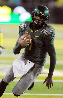 EUGENE, OR - NOVEMBER 26: Quarterback Darron Thomas #1 of the Oregon Ducks runs for the end zone and a touchdown in the first quarter of the game against the Arizona Wildcats at Autzen Stadium on November 26, 2010 in Eugene, Oregon.The Ducks won the game