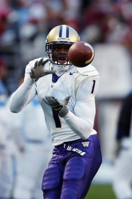 PULLMAN WA - NOVEMBER 23:  Wide receiver Reggie Williams #1 of the University of Washington Huskies prepares to receive the ball during the Pac-10 NCAA game against the Washington State University Cougars at Martin Stadium on November 23, 2002 in Pullman