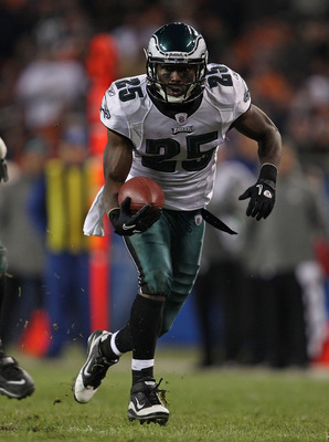 CHICAGO - NOVEMBER 28: LeSean McCoy #25 of the Philadelphia Eagles runs for yardage against the Chicago Bears at Soldier Field on November 28, 2010 in Chicago, Illinois. The Bears defeated the Eagles 31-26. (Photo by Jonathan Daniel/Getty Images)
