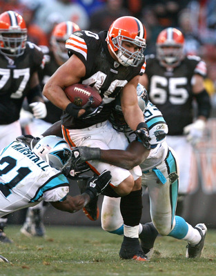 CLEVELAND - NOVEMBER 28:  Running back Peyton Hillis #40 of the Cleveland Browns runs the ball past defenders Richard Marshall #31 and James Anderson #50 of the Carolina Panthers at Cleveland Browns Stadium on November 28, 2010 in Cleveland, Ohio.  (Photo