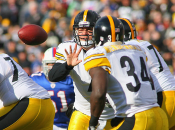 ORCHARD PARK, NY - NOVEMBER 28:  Ben Roethlisberger #7 of the Pittsburgh Steelers pitches to Rashard Mendenhall #34 against the Buffalo Bills at Ralph Wilson Stadium at Ralph Wilson Stadium on November 28, 2010 in Orchard Park, New York. Pittsburgh won 19