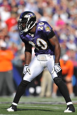 BALTIMORE - OCTOBER 11:  Ed Reed #20 of the Baltimore Ravens defends against the Cincinnati Bengals at M&T Bank Stadium on October 11, 2009 in Baltimore, Maryland. The Bengals defeated the Ravens 17-14. (Photo by Larry French/Getty Images)
