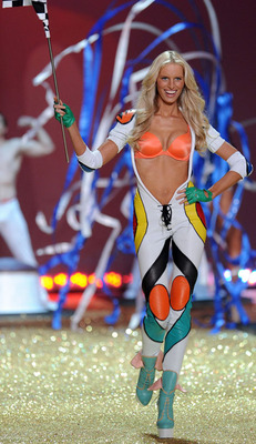 Karolina-kurkova-victorias-secret-fashion-show-2010_display_image