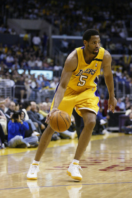 LOS ANGELES - MARCH 31:  Robert Horry #5 of the Los Angeles Lakers drives the ball to the basket during the game against the Memphis Grizzlies at Staples Center on March 31, 2003 in Los Angeles, California.  The Lakers won 110-94.  NOTE TO USER: User expr