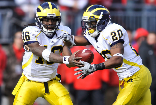 COLUMBUS, OH - NOVEMBER 27:  Quarterback Denard Robinson #16 of the Michigan Wolverines hands off to Michael Shaw #20 of the Michigan Wolverines against the Ohio State Buckeyes at Ohio Stadium on November 27, 2010 in Columbus, Ohio.  (Photo by Jamie Sabau