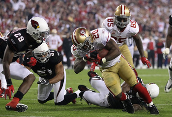 GLENDALE, AZ - NOVEMBER 29:  Runningback Brian Westbrook #20 of the San Francisco 49ers carries the football on a 8 yard rushing touchdown against Dominique Rodgers-Cromartie #29 of the Arizona Cardinals during the second quarter of the NFL game at the Un