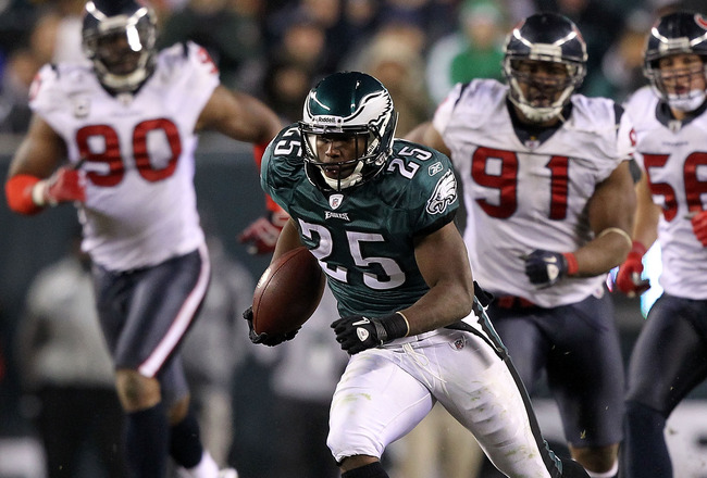 PHILADELPHIA, PA - DECEMBER 02:  LeSean McCoy #25 of the Philadelphia Eagles runs the ball in the fourth quarter against the Houston Texans at Lincoln Financial Field on December 2, 2010 in Philadelphia, Pennsylvania.  (Photo by Al Bello/Getty Images)