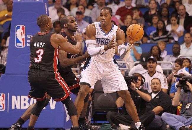 ORLANDO, FL - 24 de novembro: Dwight Howard # 12 do Orlando Magic passa sobre Dwyane Wade # 3 do Miami Heat durante um jogo na Amway Arena em 24 de novembro de 2010, em Orlando, Florida. NOTA AO USUÁRIO: Usuário expressamente reconhece e concorda que, por downloadin