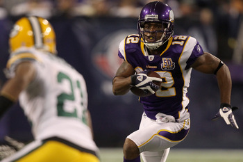 MINNEAPOLIS - NOVEMBER 21: Percy Harvin #12 of the Minnesota Vikings carries the ball after making a catch against the Green Bay Packers at the Hubert H. Humphrey Metrodome on November 21, 2010 in Minneapolis, Minnesota.  (Photo by Matthew Stockman/Getty