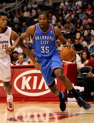 LOS ANGELES - 03 de novembro: Kevin Durant # 32 do Oklahoma City Thunder drives passado Ryan Gomes # 15 do Los Angeles Clippers no Staples Center em 03 de novembro de 2010 em Los Angeles, Califórnia. NOTA AO USUÁRIO: Usuário expressamente reconhece e concorda que, b
