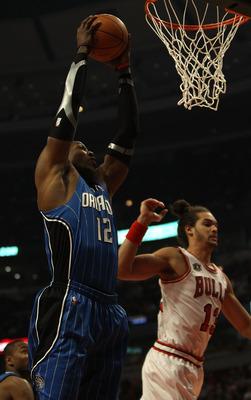 CHICAGO, IL - 01 de dezembro: Dwight Howard # 12 do Orlando Magic pega um rebote perto Joakim Noah # 13 do Chicago Bulls no United Center em 01 de dezembro de 2010 em Chicago, Illinois. NOTA AO USUÁRIO: Usuário expressamente reconhece e concorda que, por downlo