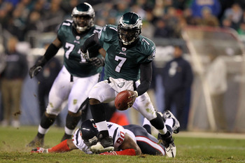 PHILADELPHIA, PA - DECEMBER 02:  Michael Vick #7 of the Philadelphia Eagles runs with the ball against the Houston Texans at Lincoln Financial Field on December 2, 2010 in Philadelphia, Pennsylvania.  (Photo by Al Bello/Getty Images)