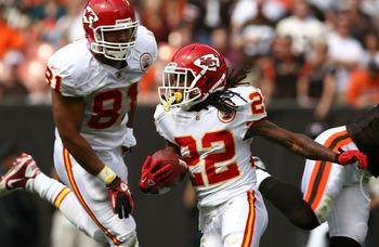 CLEVELAND - SEPTEMBER 19:  Wide receiver Dexter McCluster #22 of the Kansas City Chiefs runs the ball by tight end Tony Moeaki #81 against the Cleveland Browns at Cleveland Browns Stadium on September 19, 2010 in Cleveland, Ohio.  (Photo by Matt Sullivan/