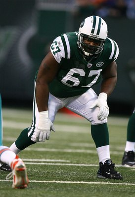 EAST RUTHERFORD, NJ - DECEMBER 28:  Damien Woody #67 of The New York Jets in action against The Miami Dolphins during their game on December 28, 2008 at Giants Stadium in East Rutherford, New Jersey.  (Photo by Al Bello/Getty Images)