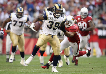 GLENDALE, AZ - DECEMBER 05:  Runningback Steven Jackson #39 of the St. Louis Rams rushes the football for 22 yards past Kerry Rhodes #25 of the Arizona Cardinals during the first quarter of the NFL game at the University of Phoenix Stadium on December 5,