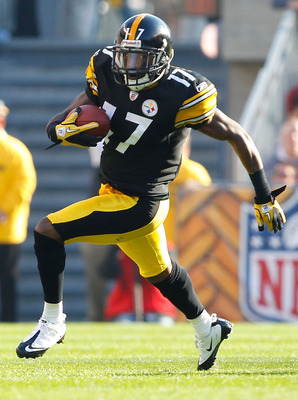 PITTSBURGH, PA - NOVEMBER 21:  Mike Wallace #17 of the Pittsburgh Steelers runs with the ball against the Oakland Raiders during the game on November 21, 2010 at Heinz Field in Pittsburgh, Pennsylvania.  (Photo by Jared Wickerham/Getty Images)