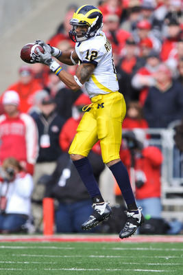 COLUMBUS, OH - NOVEMBER 27:  Roy Roundtree #12 of the Michigan Wolverines makes a reception against the Ohio State Buckeyes at Ohio Stadium on November 27, 2010 in Columbus, Ohio.  (Photo by Jamie Sabau/Getty Images)