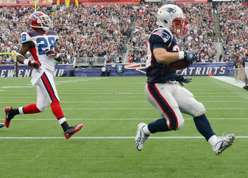 FOXBORO, MA - SEPTEMBER 26:  Danny Woodhead #39 of the New England Patriots carries the ball in for a touchdown as Leodis McKelvin #28  of the Buffalo Bills defends during on September 26, 2010 at Gillette Stadium in Foxboro, Massachusetts.  (Photo by Els