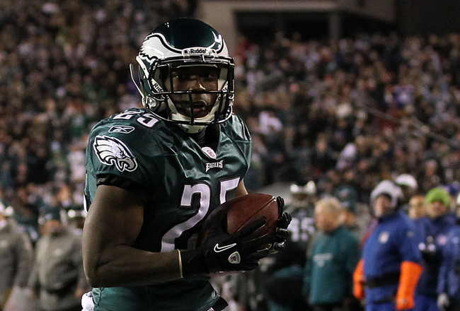 PHILADELPHIA, PA - DECEMBER 02:  Lesean Mccoy #25 of the Philadelphia Eagles reacts after he scored a 1-yard touchdown reception in the first quarter against the Houston Texans at Lincoln Financial Field on December 2, 2010 in Philadelphia, Pennsylvania.