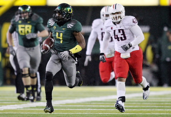 EUGENE, OR - NOVEMBER 26:  Josh Huff #4 of the Oregon Ducks runs  for a touchdown in the 3rd quarter against  the Arizona Wildcats on November 26, 2010 at the Autzen Stadium in Eugene, Oregon.  (Photo by Jonathan Ferrey/Getty Images)