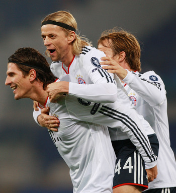 ROME - NOVEMBER 23:  Mario Gomez (L) with his teammate Anatoliy Tymoshchuk #44 and Andreas Ottl (R) of FC Bayern Muenchen celebrates after scoring the second goal during the UEFA Champions League Group E match between AS Roma and FC Bayern Muenchen at Sta