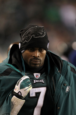 PHILADELPHIA, PA - DECEMBER 02:  Michael Vick #7 of the Philadelphia Eagles looks on against the Houston Texans at Lincoln Financial Field on December 2, 2010 in Philadelphia, Pennsylvania.  (Photo by Al Bello/Getty Images)