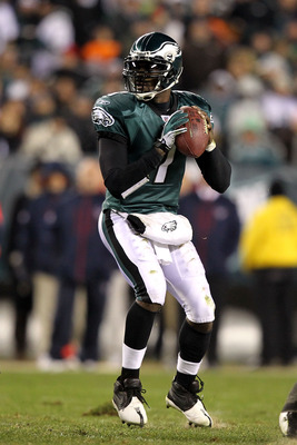 PHILADELPHIA, PA - DECEMBER 02:  Quarterback Michael Vick #7 of the Philadelphia Eagles throws a pass against the Houston Texans at Lincoln Financial Field on December 2, 2010 in Philadelphia, Pennsylvania.  (Photo by Al Bello/Getty Images)
