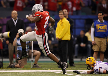 NEW ORLEANS - JANUARY 07:  Chris Wells #28 of the Ohio State Buckeyes runs for a 65-yard touchdown in the first quarter against Craig Steltz #16 of the Louisiana State University Tigers during the AllState BCS National Championship on January 7, 2008 at t