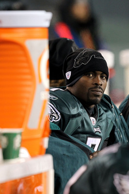 PHILADELPHIA, PA - DECEMBER 02:  Michael Vick #7 of the Philadelphia Eagles looks on from the bench late in the fourth quarter against the Houston Texans at Lincoln Financial Field on December 2, 2010 in Philadelphia, Pennsylvania. The Eagles won 34-24.