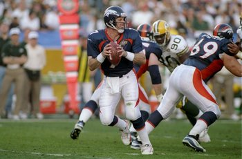 25 Jan 1998: Quarterback John Elway #7 of the Denver Brocos in action against the Green Bay Packers during Super Bowl XXXII at Qualcomm Stadium in San Diego, California. The Denver Broncos defeated the Green Bay Packers 31-24.