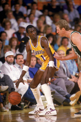 LOS ANGELES - 1987:  Michael Cooper #21 of the Los Angeles Lakers looks to pass over Larry Bird #33 of the Boston Celtics during an NBA game at the Great Western Forum in Los Angeles, California in 1987. (Photo by: Rick Stewart/Getty Images)