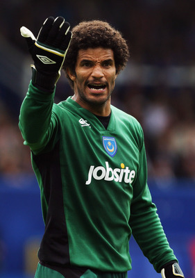 PORTSMOUTH, ENGLAND - AUGUST 15:  David James of Portsmouth instructs his team during the Barclays Premier League match between Portsmouth and Fulham at Fratton Park on August 15, 2009 in Portsmouth, England.  (Photo by Bryn Lennon/Getty Images)